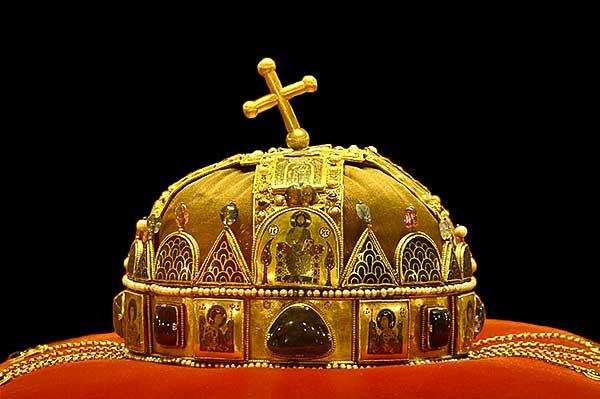 A Szent Korona valósághű másolata is érzékelhető a Déri Múzeumban nyílt tárlaton